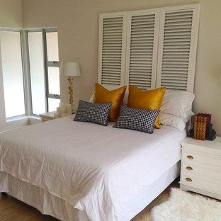 Foto de dormitorio principal, clásico, de tamaño medio, con paredes grises y suelo de linóleo