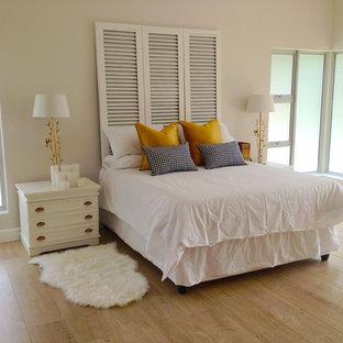 Ejemplo de dormitorio principal, clásico renovado, de tamaño medio, con paredes grises y suelo de linóleo