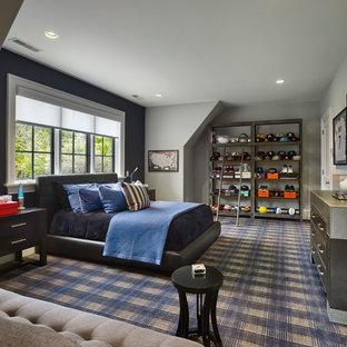 Ejemplo de dormitorio tipo loft, tradicional renovado, grande, sin chimenea, con paredes grises, moqueta y marco de chimenea de baldosas y/o azulejos