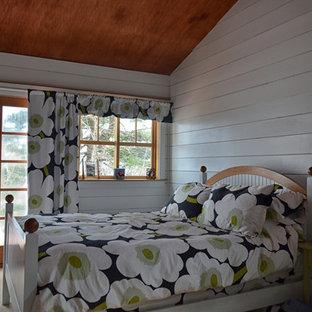 Modelo de dormitorio principal, costero, de tamaño medio, con paredes blancas, moqueta y chimeneas suspendidas