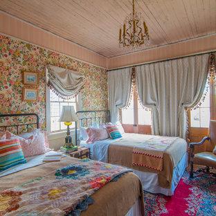 Exemple d'une chambre d'amis éclectique avec un mur multicolore et aucune cheminée.