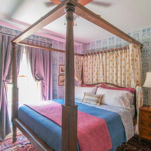 Aménagement d'une chambre parentale éclectique avec un mur multicolore.