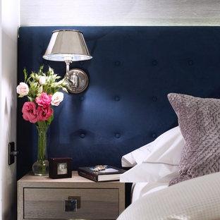Kleines Klassisches Hauptschlafzimmer mit weißer Wandfarbe und Teppichboden in Orange County