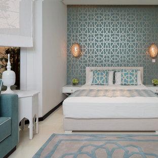 Foto de dormitorio principal, mediterráneo, de tamaño medio, sin chimenea, con paredes blancas y suelo de linóleo
