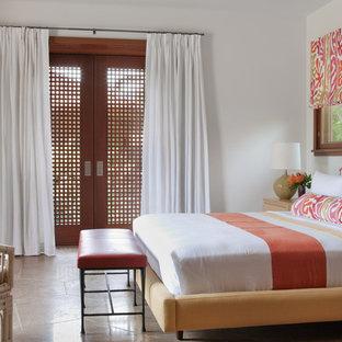 Aménagement d'une très grande chambre d'amis asiatique avec un mur beige et un sol en carrelage de céramique.
