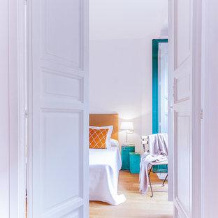 Foto de dormitorio principal, nórdico, grande, con paredes blancas y suelo de madera en tonos medios