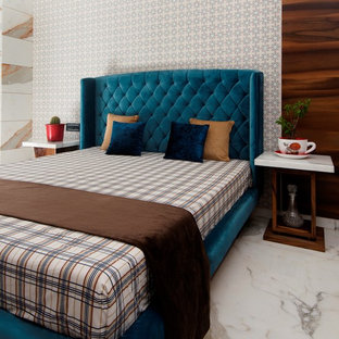 Стильный дизайн: гостевая спальня в современном стиле с белыми стенами и белым полом без камина - последний тренд