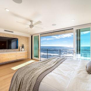 Ejemplo de dormitorio principal, actual, extra grande, con paredes blancas, suelo de madera clara y suelo amarillo