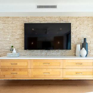 Idéer för mycket stora funkis huvudsovrum, med vita väggar, ljust trägolv och gult golv