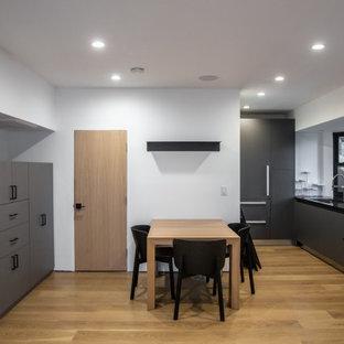 Imagen de dormitorio tipo loft, contemporáneo, de tamaño medio, con paredes blancas, suelo de madera clara y suelo amarillo