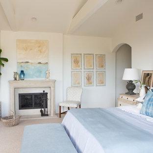 Foto de dormitorio principal, marinero, grande, con paredes blancas, moqueta, chimenea tradicional y marco de chimenea de yeso