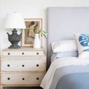Свежая идея для дизайна: большая хозяйская спальня в морском стиле с белыми стенами, ковровым покрытием, стандартным камином и фасадом камина из штукатурки - отличное фото интерьера