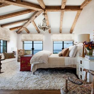 ロサンゼルスの地中海スタイルのおしゃれな主寝室 (白い壁、無垢フローリング) のレイアウト