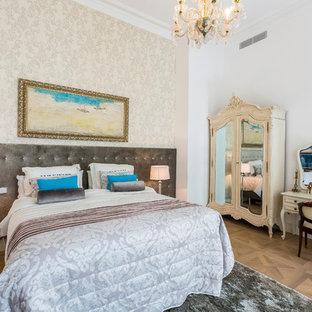 Imagen de dormitorio principal, tradicional, de tamaño medio, sin chimenea, con paredes beige y suelo de madera clara