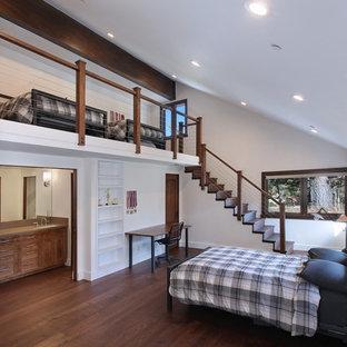 Rustikales Schlafzimmer im Loft-Style mit weißer Wandfarbe und dunklem Holzboden in Orange County