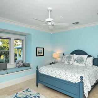 Modelo de habitación de invitados costera, de tamaño medio, con paredes azules y suelo multicolor