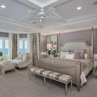 タンパの大きいトランジショナルスタイルのおしゃれな主寝室 (紫の壁、カーペット敷き、暖炉なし) のインテリア