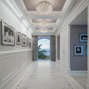 Foto di un'ampia camera matrimoniale mediterranea con pareti multicolore, pavimento in gres porcellanato, nessun camino e pavimento multicolore