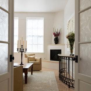 Idee per una camera matrimoniale chic di medie dimensioni con pareti bianche, pavimento in legno massello medio, camino ad angolo e cornice del camino in intonaco