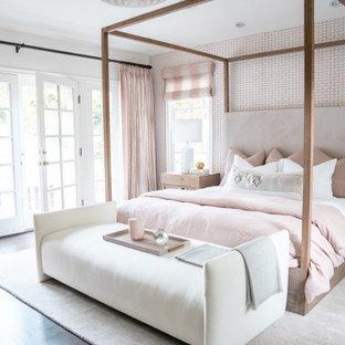 Idéer för att renovera ett maritimt sovrum, med rosa väggar, mörkt trägolv och brunt golv