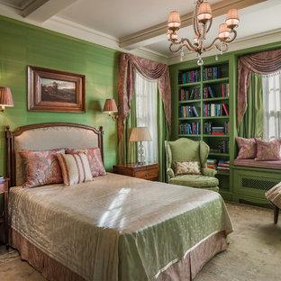 ニューヨークの中くらいのヴィクトリアン調のおしゃれな主寝室 (緑の壁)