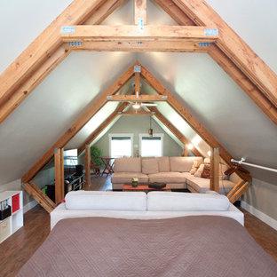 他の地域の小さいラスティックスタイルのおしゃれな寝室 (グレーの壁) のインテリア