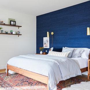 Diseño de dormitorio principal, marinero, sin chimenea, con paredes azules y suelo de madera clara