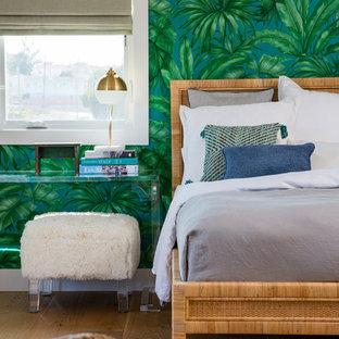 Imagen de dormitorio principal, costero, grande, con suelo de madera clara, paredes verdes y suelo naranja