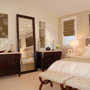 Esempio di una camera da letto tradizionale con pareti beige e moquette