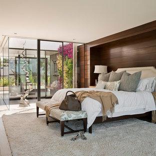 Стильный дизайн: огромная хозяйская спальня в морском стиле с коричневыми стенами и светлым паркетным полом - последний тренд