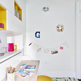 Bild på ett litet funkis sovrum, med vita väggar och heltäckningsmatta