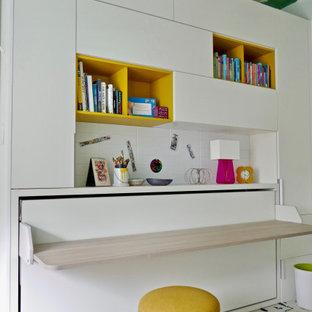Kleines Modernes Schlafzimmer mit weißer Wandfarbe, Teppichboden und Tapetendecke in New York