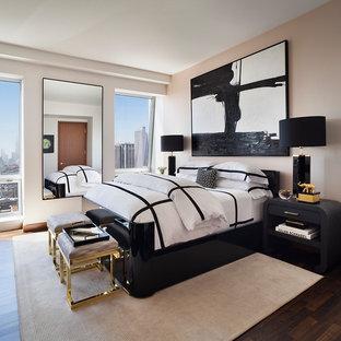 Mittelgroßes Modernes Schlafzimmer mit beiger Wandfarbe in New York
