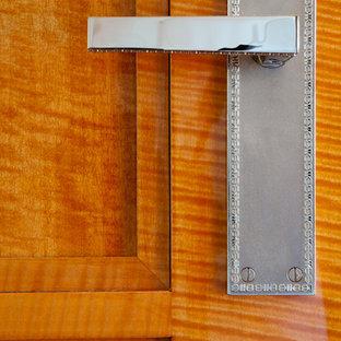 Foto di una camera matrimoniale minimal di medie dimensioni con pareti arancioni, pavimento in legno massello medio, camino lineare Ribbon e cornice del camino in metallo
