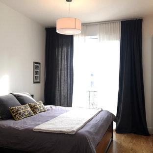 Modelo de dormitorio principal, nórdico, con paredes blancas, suelo de corcho, chimenea lineal y marco de chimenea de hormigón