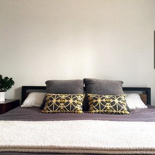 Foto de dormitorio principal, nórdico, con paredes blancas, suelo de corcho, chimenea lineal y marco de chimenea de hormigón