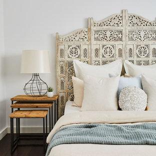 Неиссякаемый источник вдохновения для домашнего уюта: хозяйская спальня в морском стиле с белыми стенами и темным паркетным полом без камина