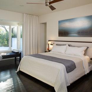 Ejemplo de dormitorio principal, moderno, de tamaño medio, con paredes beige, suelo de madera oscura y suelo negro