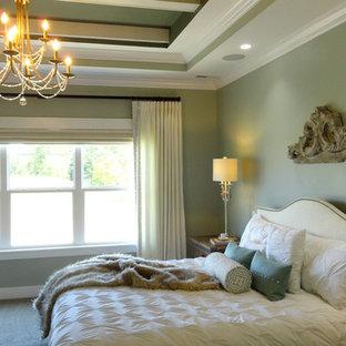 Foto de dormitorio principal, tradicional renovado, grande, sin chimenea, con paredes beige y moqueta