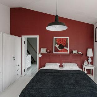 Стильный дизайн: маленькая спальня на антресоли в стиле лофт с красными стенами и белым полом - последний тренд