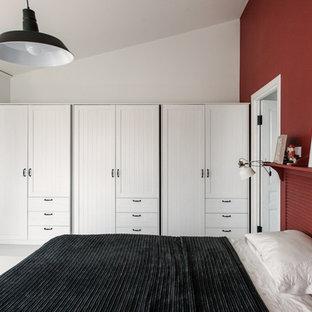 Immagine di una piccola camera da letto stile loft industriale con pareti rosse e pavimento bianco