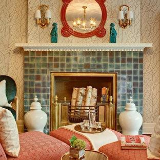 Diseño de habitación de invitados minimalista, grande, con suelo de madera oscura, chimenea tradicional y marco de chimenea de baldosas y/o azulejos