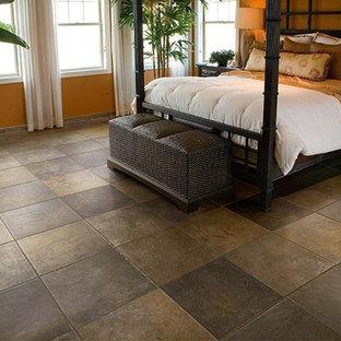 Modelo de dormitorio principal, tropical, de tamaño medio, sin chimenea, con parades naranjas, suelo de baldosas de cerámica y suelo marrón