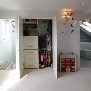 Foto de dormitorio tipo loft, clásico, de tamaño medio, con paredes púrpuras y moqueta