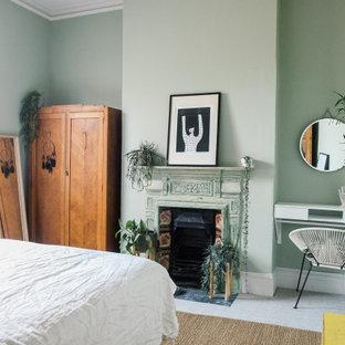 Diseño de dormitorio principal, escandinavo, de tamaño medio, con paredes verdes, moqueta, chimenea tradicional, marco de chimenea de metal y suelo beige