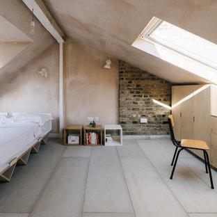 Exemple d'une chambre d'amis scandinave avec un mur beige, un sol en bois clair, aucune cheminée et un sol beige.