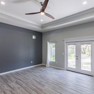 Ejemplo de dormitorio principal, marinero, grande, sin chimenea, con paredes grises y suelo de baldosas de porcelana