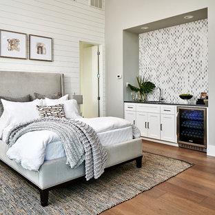 Стильный дизайн: спальня в стиле современная классика с серыми стенами, паркетным полом среднего тона и коричневым полом - последний тренд