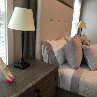 Imagen de habitación de invitados extra grande con suelo de bambú, suelo marrón y paredes grises