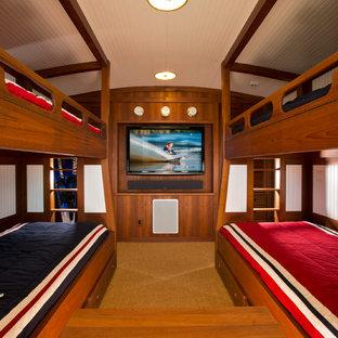 Ejemplo de dormitorio tipo loft, marinero, pequeño, sin chimenea, con paredes blancas y suelo de madera oscura